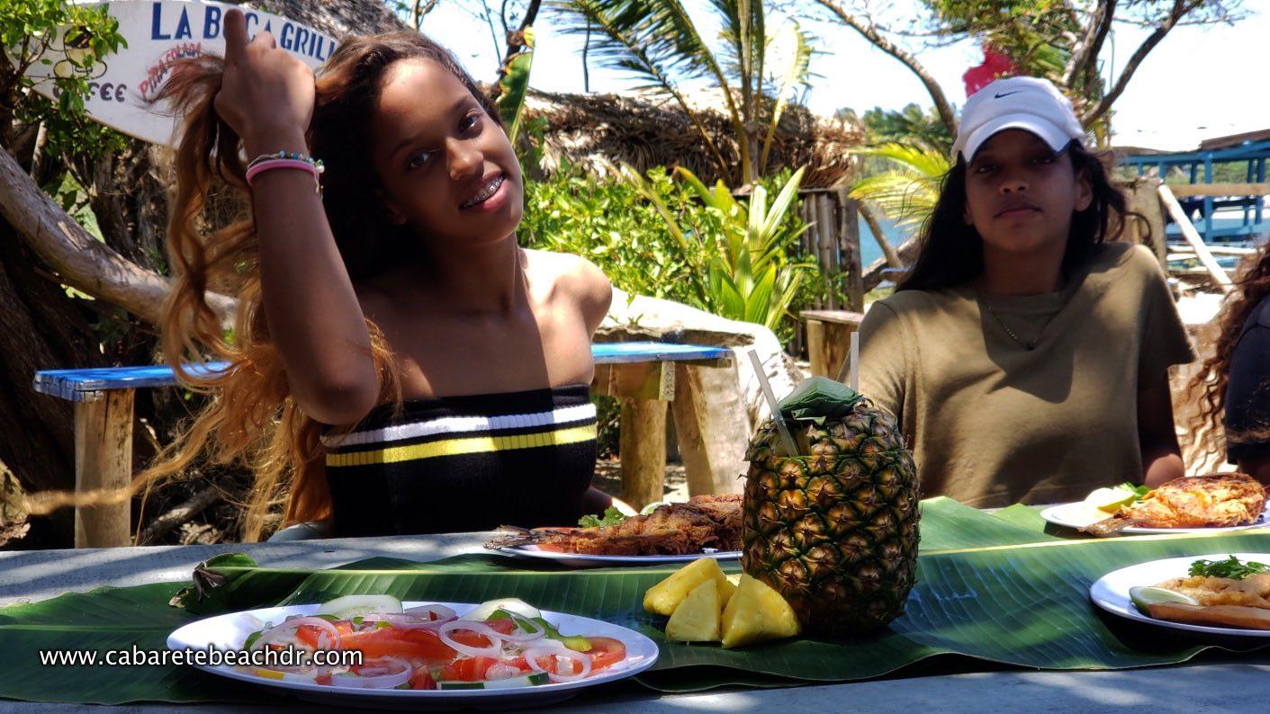 Young girls eat at La Boca