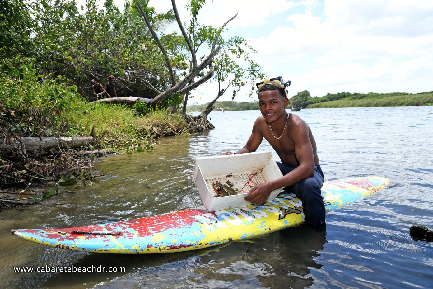 A crab hunter boy in La Boca