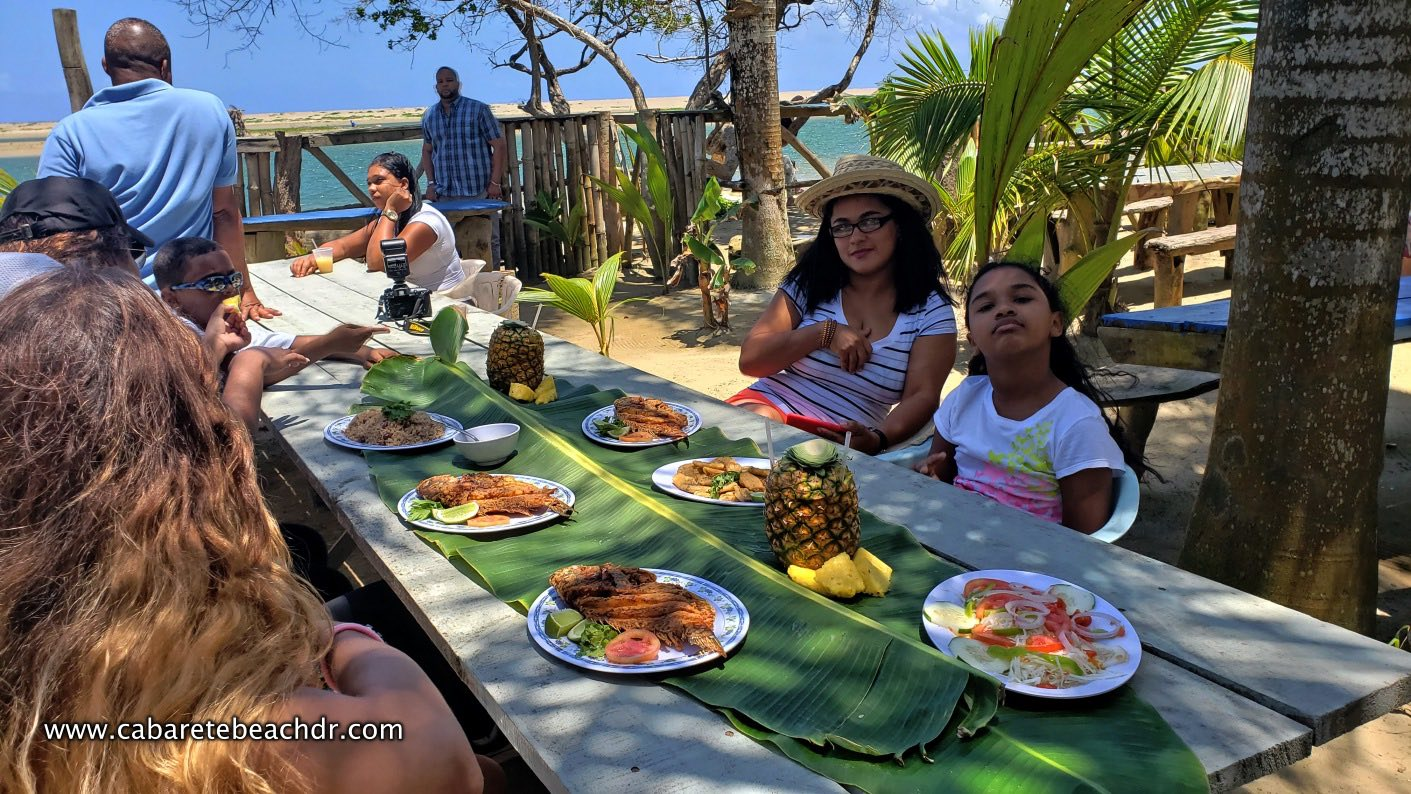 A family eating at Wilson`s La Boca