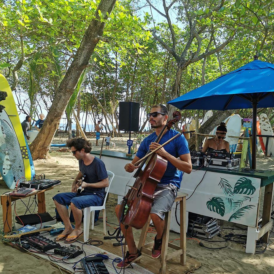 live music at Pura Vida